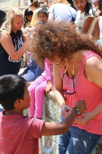 Making Salvation bracelets for children in Paraíso