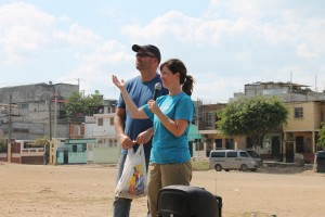 Sharie and Clayton King sharing the Gospel with the community in Paraíso